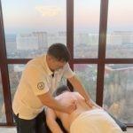 Лечебный массаж позвоночника для мужчин в офисе